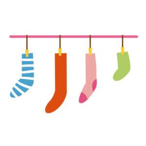 洗濯バサミで干してる靴下